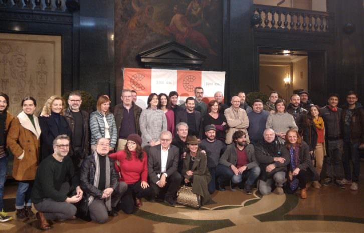 Representantes institucionales y profesionales del sector teatral, tras la firma del convenio en el Teatro Principal. Imagen cortesía de la Conselleria de Cultura.