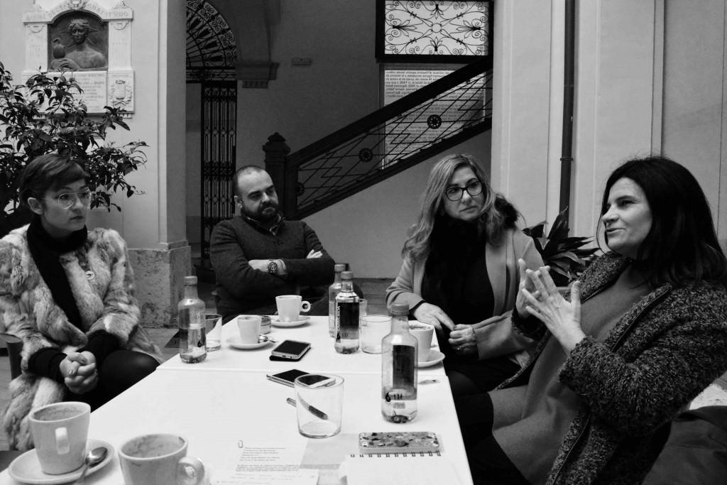 (De izquierda a derecha) Cristina Chumillas (Pepita Lumier), Sara Joudi (Galería Shiras)y Marisa Giménez (Museo del Ruso de Alarcón), durante un instante de los Desayunos Makma en el Centre Cultural La Nau. Fotografía: Jose Ramón Alarcón.