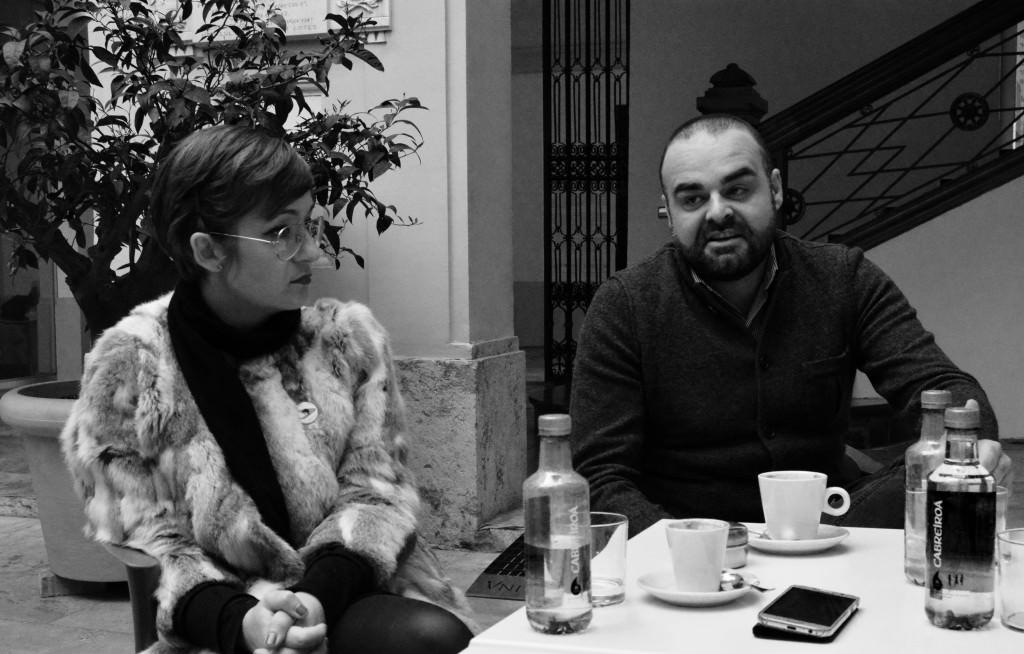Cristina Chumillas (Pepita Lumier) y Vicente Torres (Plastic Murs) durante un instante de los Desayunos Makma en el Centre Cultural La Nau. Fotografía: Jose Ramón Alarcón.