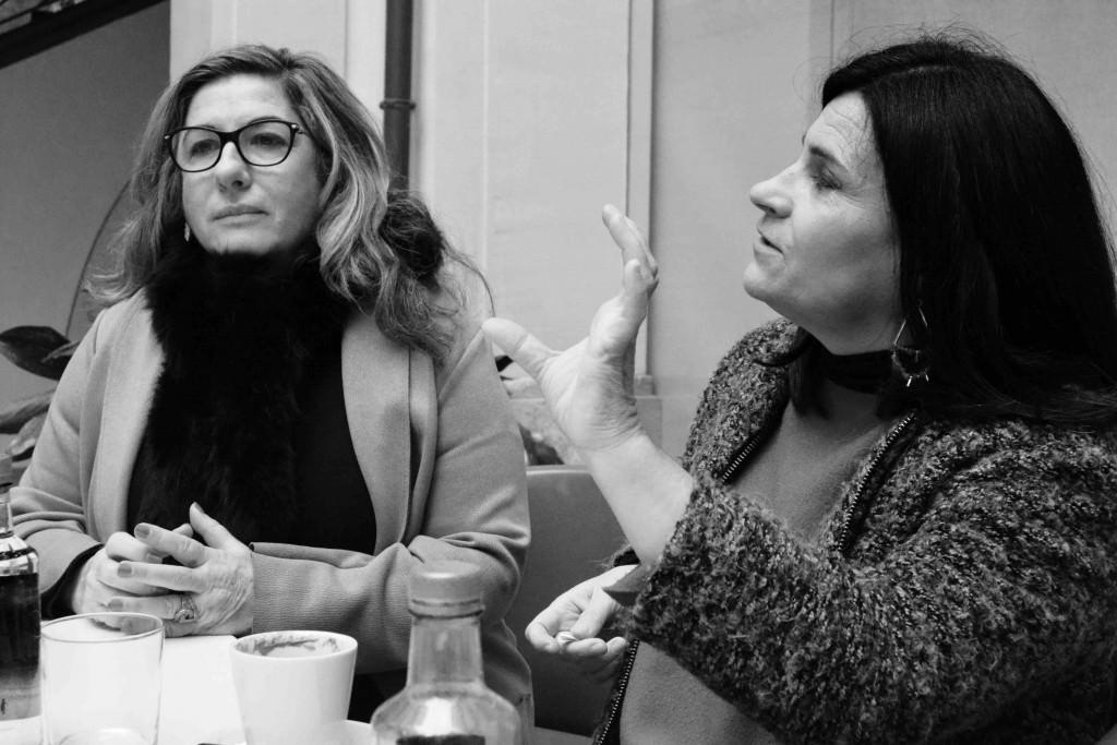 Sara Joudi (Galería Shiras) y Marisa Giménez (Museo del Ruso de Alarcón), durante un instante de los Desayunos Makma en el Centre Cultural La Nau. Fotografía: Jose Ramón Alarcón.