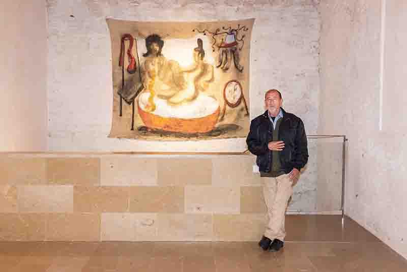 José Morea ante una de sus obras. Fotografía de Rocío Sierra por cortesía del E CA.