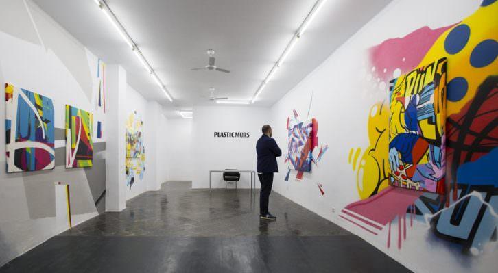 Imagen general de la exposición 'Don't have a hashtag yet', en Plastic Murs. Fotografía de Estrella Jover, cortesía de la galería.
