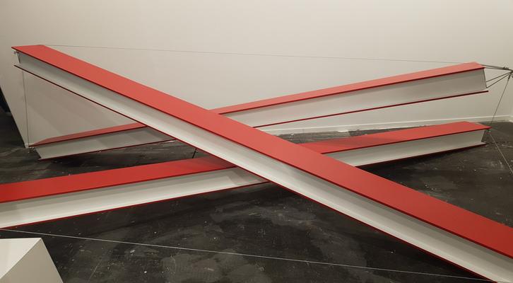 «Tensegridad roja y blanca». Xavier Arenós, 2016. Madera, hierro y cable, 412 x 21 x 25 cm