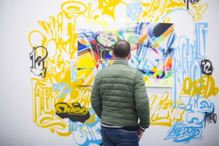 Un instante de la inauguración de 'Don't have a hashtag yet', en Plastic Murs. Fotografía de Estrella Jover, cortesía de la galería.