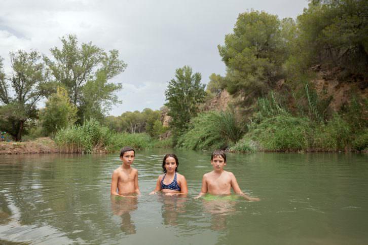 Baño en al azud de Moncada, fotografía de Frencisco Llop. Imagen cortesía de Fragments.