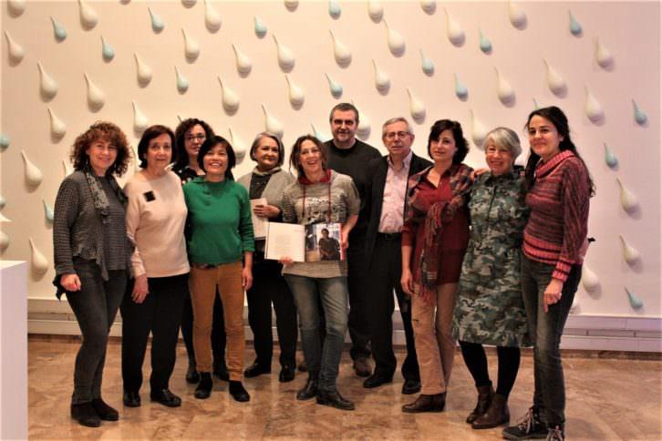Las mujeres ceramistas y responsables institucionales en la exposición 'Ceràmica en mans de dona'. Imagen cortesía de La Nau.