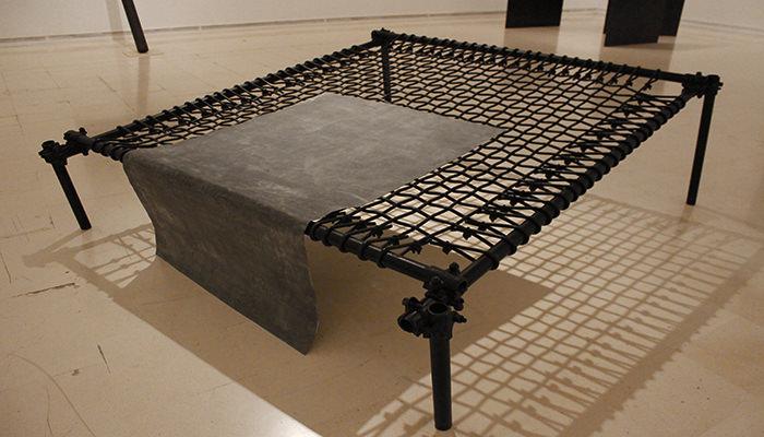 Gilberto Zorio. Letto, 1967. Caucho, tubos de metal y lámina de plomo, 82 x 209,5 x 240 cm. Fotografía de Lucía Cajo Ferrando.
