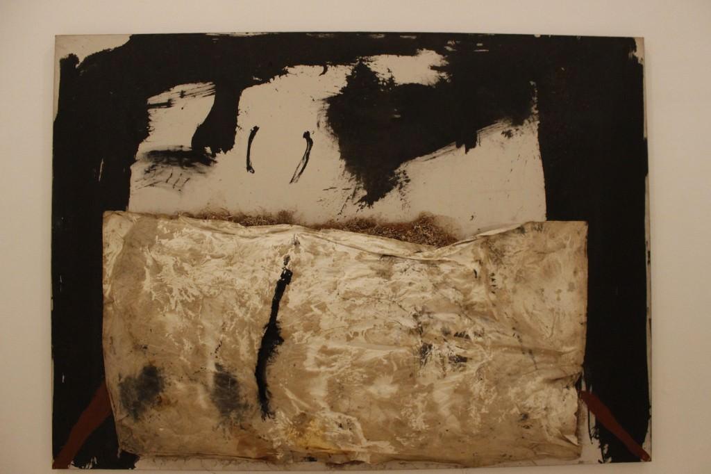 Antoni Tàpies. Superfície gris rosáceo con marcas negras, 1962. Técnica mixta sobre lienzo, 193 x 130 cm. Fotografía de Lucía Cajo Ferrando.