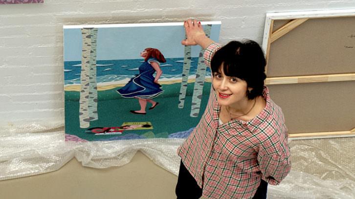 Helena Toraño junto a una de sus obras. Imagen cortesía de Art Mustang.