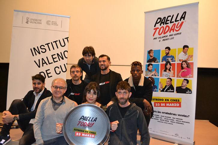 Representantes institucionales y miembros de la película 'Paella Today' en la presentación en la Filmoteca.