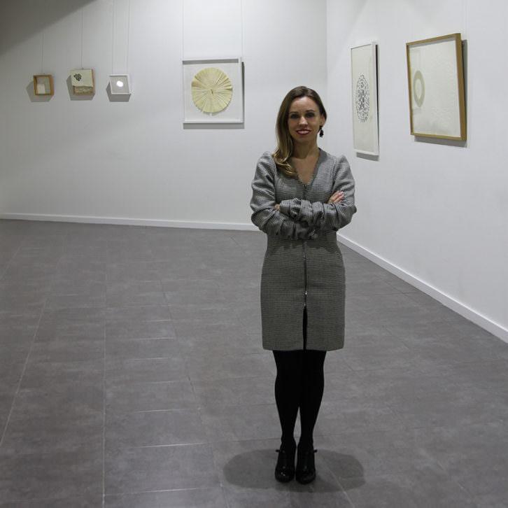 María José Planells en su exposición 'Cosmologías divergentes'. Imagen cortesía de la autora.