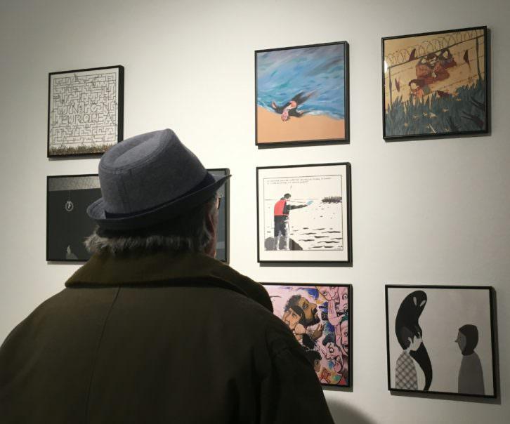 Un hombre observa la exposición presentada en el Col.legi Major Rector Peset al compás del Sagunt Splash. Imagen cortesía del Rector Peset.