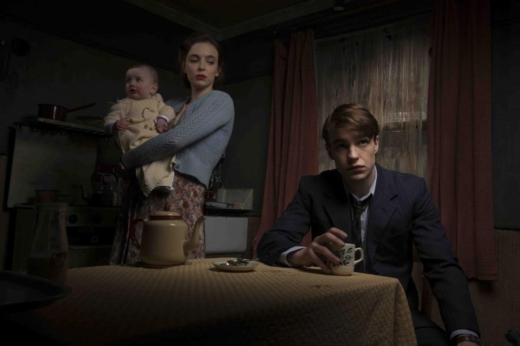 Beryl y Timothy Evans (Jodie Comer y Nico Mirallegro), con su hija Geraldine, se instalan en el infausto número 10 de Rillington Place. Fotografía cortesía de Filmin.