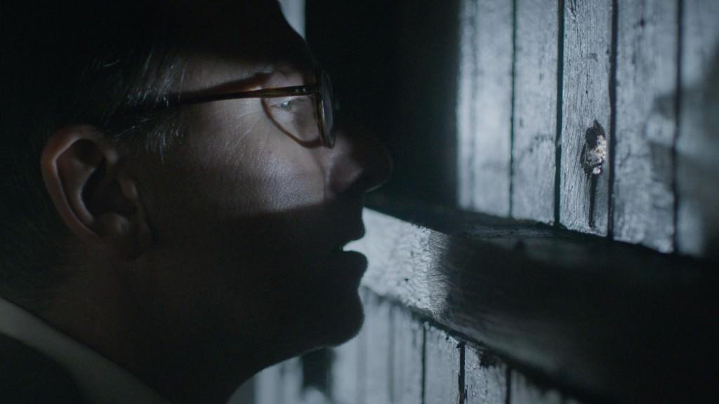 El asesino en serie John Reginald Halliday Christie observa la llegada de los nuevos inquilinos del 10 Rillington Place. Fotografía cortesía de Filmin.