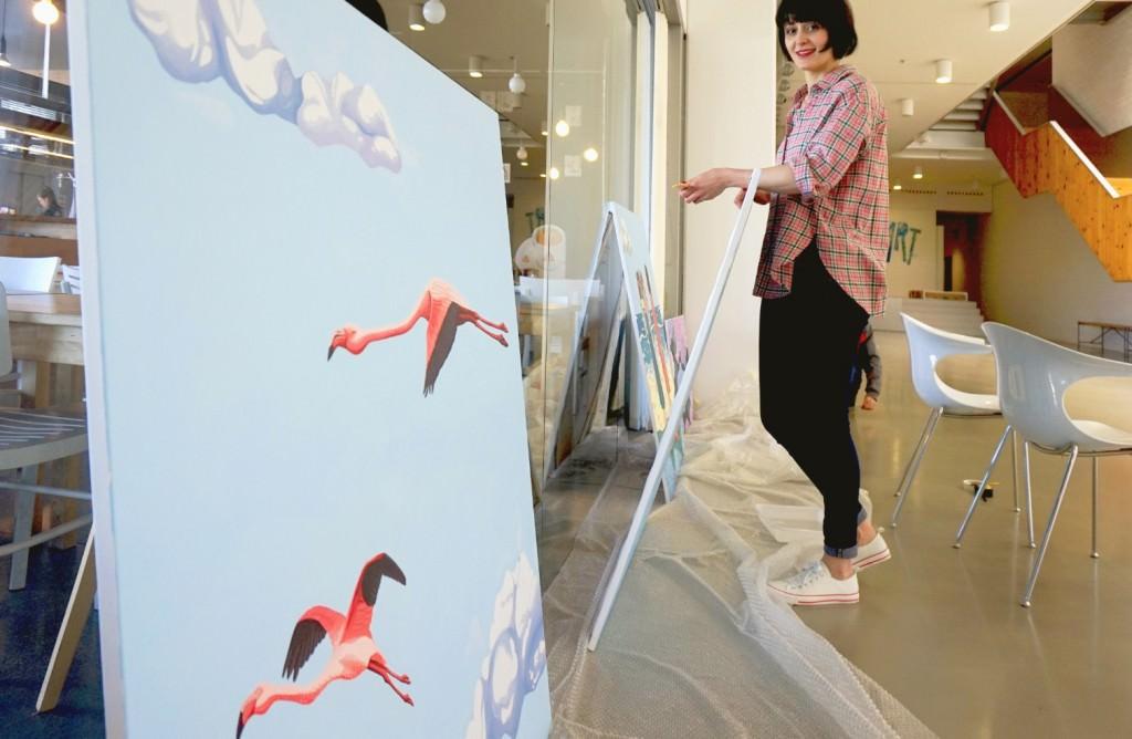 Helena Toraño en el montaje de la exposición. Imagen cortesía de Art Mustang.