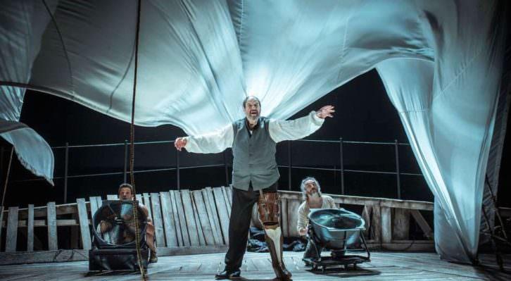 Josep Maria Pou, como el Capitán Ahab, flanqueado por los actores Oscar Kapoya y Jacob Torres, durante un instante de la representación de 'Moby Dick', de Andrés Lima. Fotografía cortesía del Teatro Principal de València.