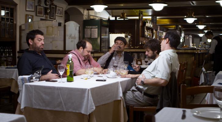 Hovik Keuchkerian, Juanma Cifuentes, Albert Ribalta, Raúl Fernández de Pablo y Fele Martínez en la escena del restaurante de Zaragoza.