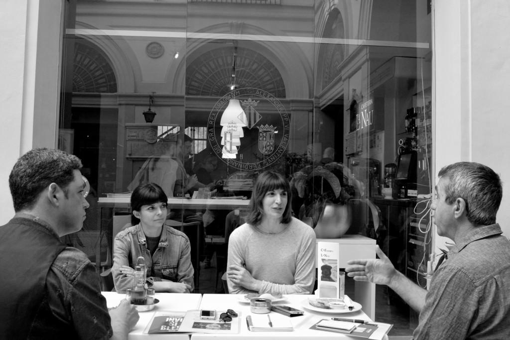 Inma García y Mertixell Barberá, directoras del Festival 10 Sentidos, junto con Jose Ramón Alarcón y Salva Torres, durante los #DesayunosMakma en la Cafetería La Nau. Fotografía: Merche Medina.