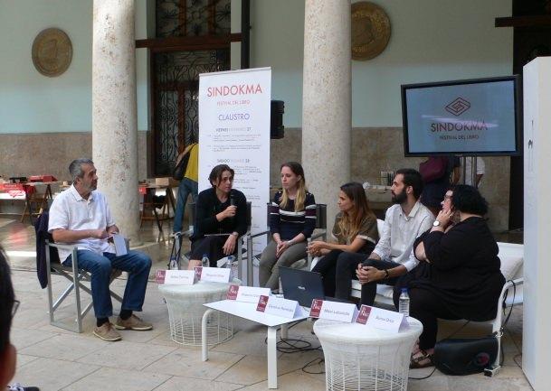Una de las mesas redondas de la pasada edición del Festival del Libro Sindokma. Fotografía de archivo Vicente Chambó.