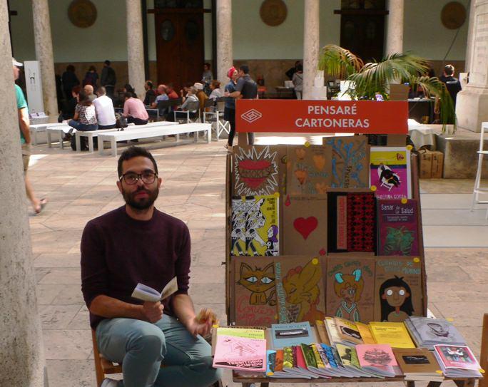 Algunos de los Stands del Festival del libro SINDOKMA. Editorial Pensaré Cartoneras. Fotografía de archivo, Vicente Chambó.