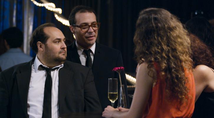 Juanma Cifuentes y Fele Martinez en una de las escenas en que sus personajes fracasan estrepitósamente en su intento de ligar.