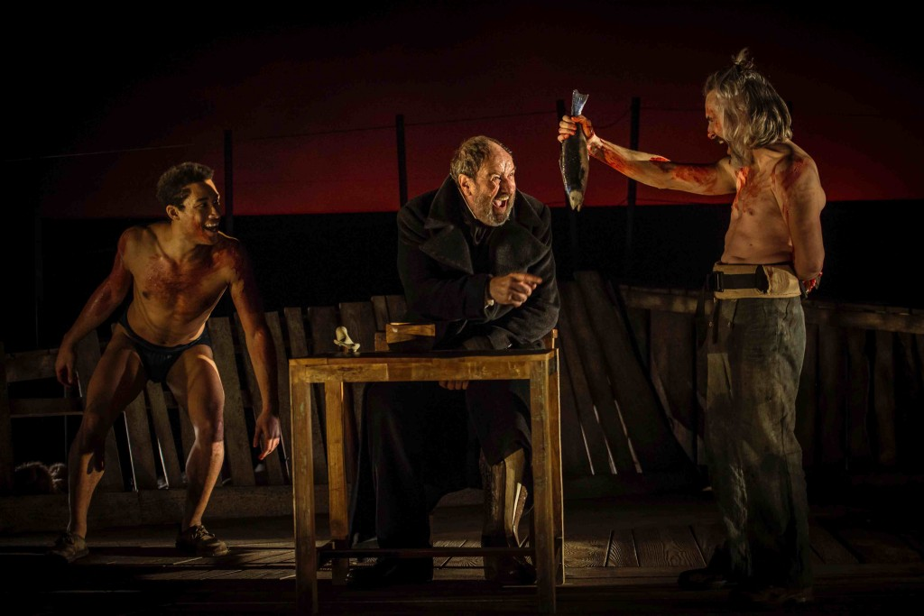 Oscar Kapoya, Josep Maria Pou y Jacob Torres durante un instante de la representación de 'Moby Dick', de Andrés Lima. Fotografía cortesía del Teatro Principal de València.