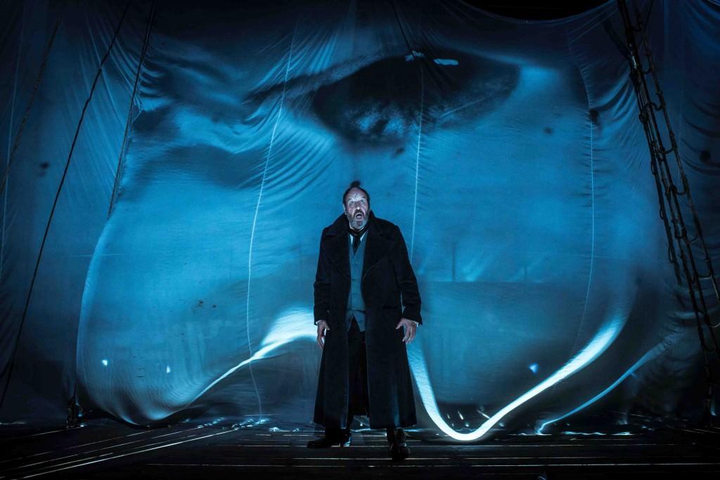 Josep Maria Pou, como el Capitán Ahab, durante un instante de la representación de 'Moby Dick', de Andrés Lima. Fotografía cortesía del Teatro Principal de València.