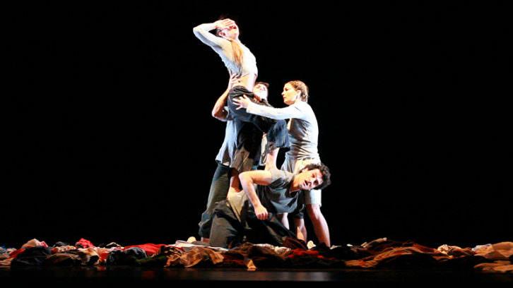 Draps, de Mou Dansa. Fotografía de Ramón Chroques por cortesía de la compañía.