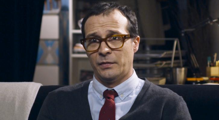 Marcos (Fele Martínez) en una de las escenas en que se entrevista a los personajes durante la trama.
