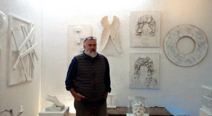 El artista Bancho posa junto a las obras de su exposición 'El camino interior', en el Museo del Ruso de Alarcón. Fotografía cortesía del museo.