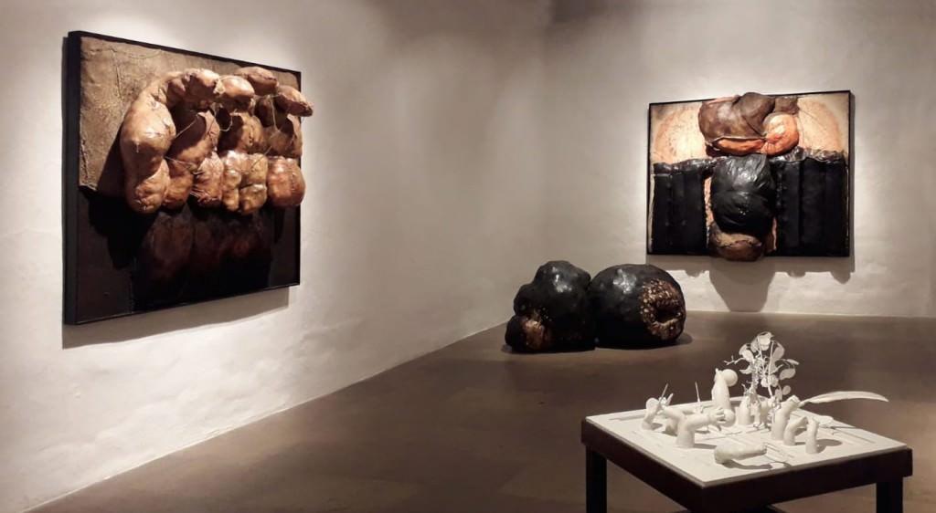 Imagen de una parte de las obras que conforman la exposición 'Ab initio', del artista tinerfeño Ernesto Valcárcel. Fotografía cortesía de Galería de Arte Artizar.