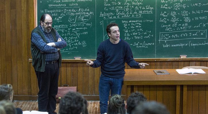 Manel (Vito Sanz) colaborando en una clase de la universidad como ayudante. Fotografía cedida por Sony Pictures.