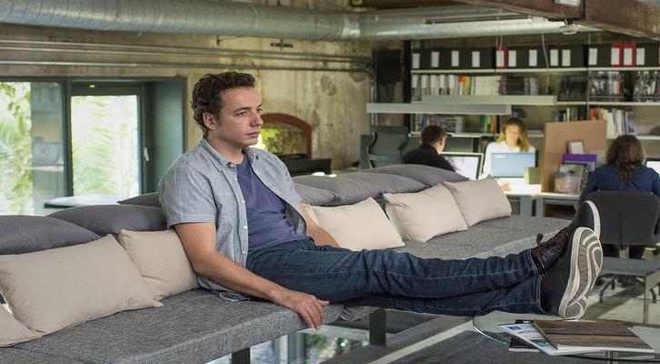 Manel (Vito Sanz) pensativo en el lugar de trabajo de su amigo (Chino Darín). Fotografía cedida por Sony Pictures.