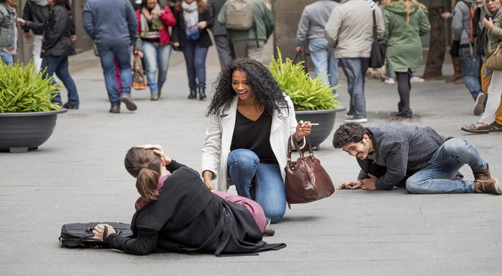 Momento en que todos los protagonistas: Vito Sanz, Chino Darín, Berta Vázquez y Vicky Luengo sufren el accidente que les hace conocerse. Fotografia cedida por Sony Pictures.