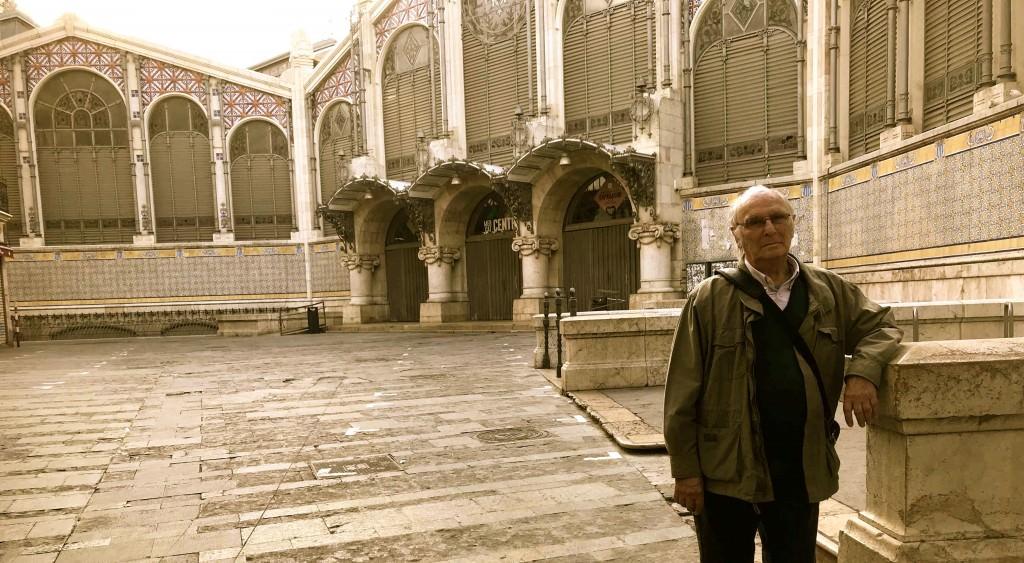 El director de cine y escritor aragonés Carlos Saura posa frente al Mercado Central de Valéncia en los instantes previos a su encuentro con el público en La Llotgeta. Fotografía: Jose Ramón Alarcón.