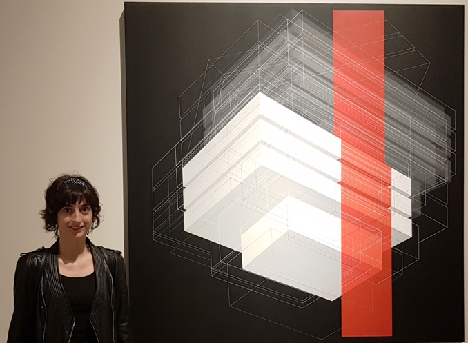 Carolina Valls junto con su obra Flexible #5 (160x160cm). Fotografía Baltasar Camps