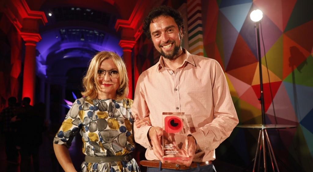 La jurado Eva Vizcarra con Chico Pereira, director de 'Donkeyote', Premio Panorama 2018 a mejor largometraje español. Fotografía cortesía de DocsValència.