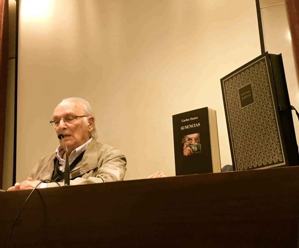 Carlos Saura, durante un instante del acto de presentación de su novela 'Ausencias', en La Llotgeta. Fotografía: Jose Ramón Alarcón.