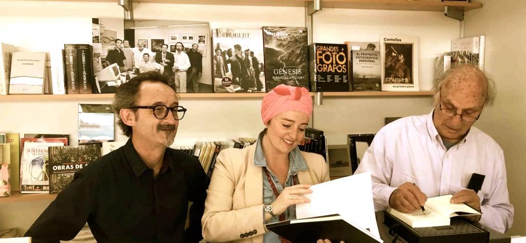 Carlos Saura, en compañía de Juan Pedro Font de Mora, propietario de la Librería Railowsky, y Merche Medina, miembro de la revista Makma y co-directora de Versos y Trazos Editorial, durante la firma de ejemplares del director y escritor aragonés en la 53 Fira del Llibre de Valéncia. Fotografía: Jose Ramón Alarcón.