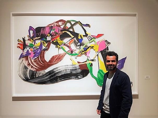 Juan Olivares junto a su obra J'aime l'émotion qui corrige la règle III (166x248cm). Fotografía Baltasar Camps