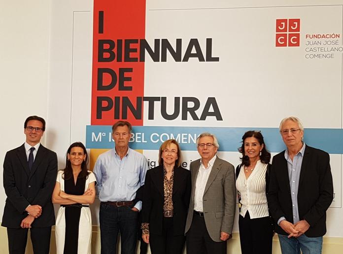 Los Patronos junto al cartel de la I Bienal Mª Isabel Comenge. Fotografía Baltasar Camps