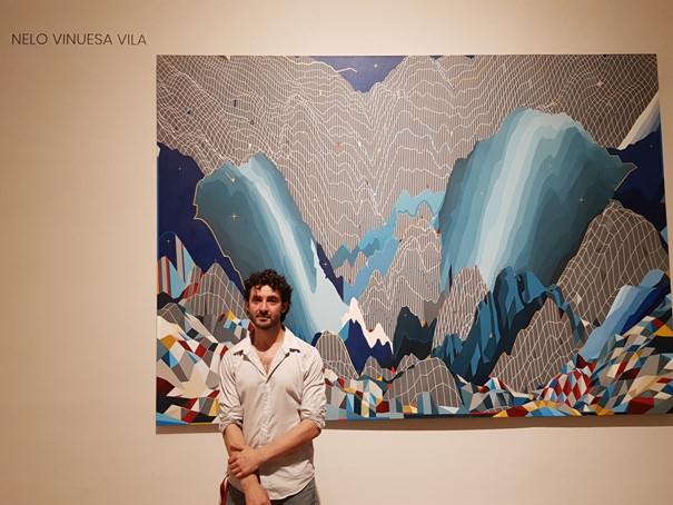 Nelo Vinuesa junto con su obra Vent du nord (200x280cm). Fotografía Baltasar Camps