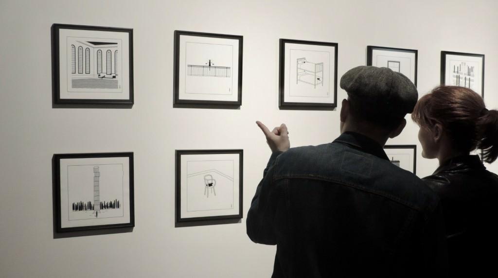 Espectadores ante la obra de Pablo Amargo en la galería Pepita Lumier. Foto: Javier Martínez.