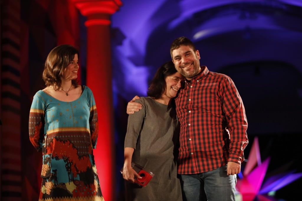 La jurado Laura Pérez con los ganadores María Andrés Pérez y Ernest José Sorrentino, Premio Mirades 2018 a mejor largometraje valenciano por 'The Cut'.  Fotografía cortesía de DocsValència.