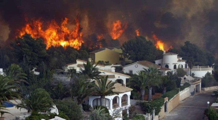 Incendio en Jávea. Vista aérea del frente del fuego en la urbanización Cumbres del Sol. Imagen cortesía de EFE