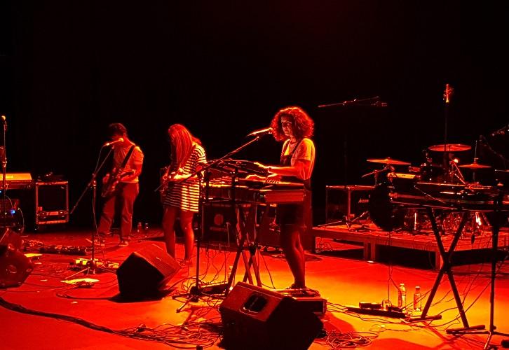 """""""Júlia"""" durante su concierto en el escenario interior de La Mutant durante el festival """"Pops Marítims"""" los días 18 y 19 de mayo. Fotografía por: Baltasar Camps."""