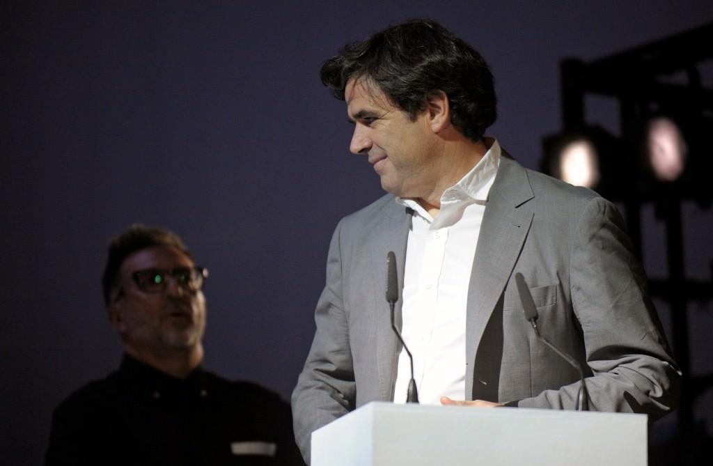 Fernando Bovaira, en el momento en que le fue entregado el Premio Luna de Valencia en el Teatro Principal. Imagen cortesía de Cinema Jove.