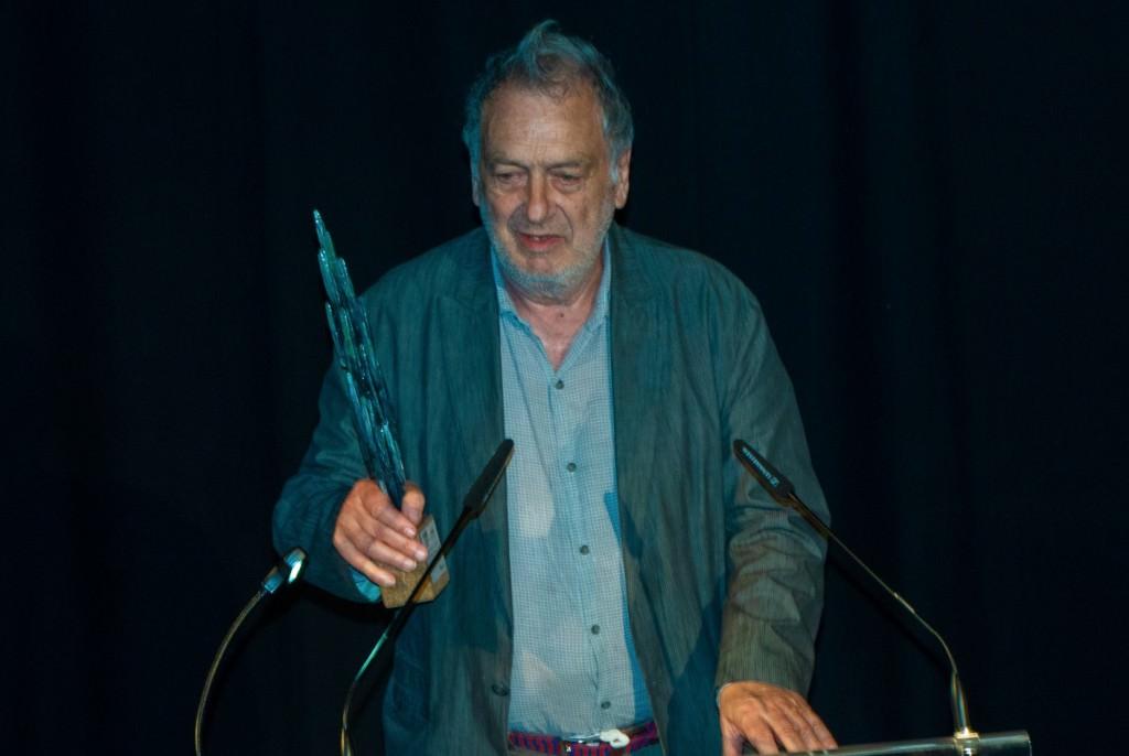Stephen Frears recogiendo el premio en el Festival de Música y Cine de Castellón. Imagen cortesía del CIM.