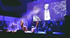 Nacho Vegas en un momento del concierto en el Palau de la Música. Fotografía: Raúl Bartleby.
