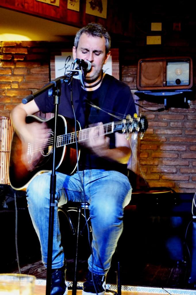 Rafa Pons en un momento del concierto en El Volander. Foto: Lorena Riestra